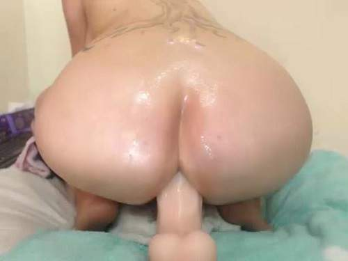 Booty whore with huge tits solo big dildo rides