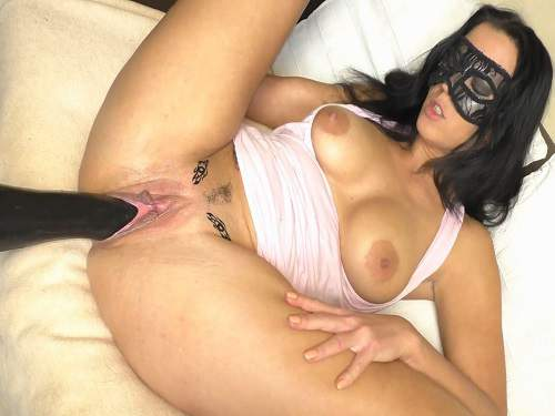 Masked brunette enjoy fucking machine penetration to squirting orgasm