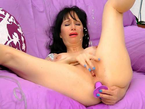 Hungarian busty milf feel squirting orgasm after plug fuck