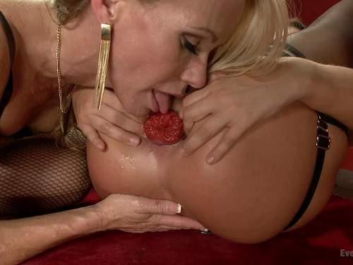 Simone Sonay licking big Roxy Raye prolapse anal