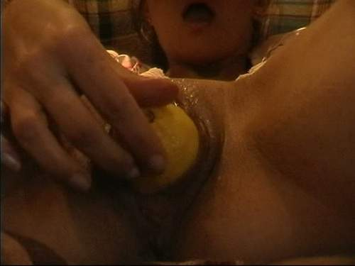 Amateur hot chick lemon pussy insertion