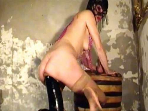 Masked mature stretched her big cunt after extreme dildo rides