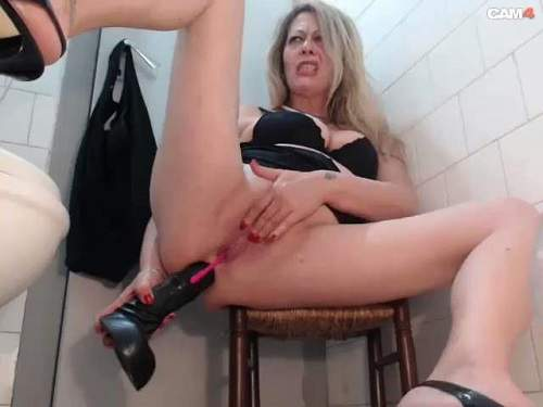 Amateur – The shopkeeper dildo plays behind the counter and in the toilet