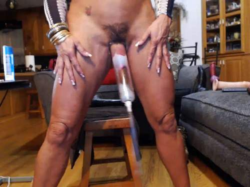 Clit pump – Perverted MILF musclemama4u dildo sex and large labia pump closeup webcam