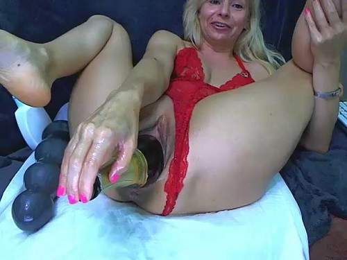 Webcam – Giant champagne bottle fully penetration in stretching pussy