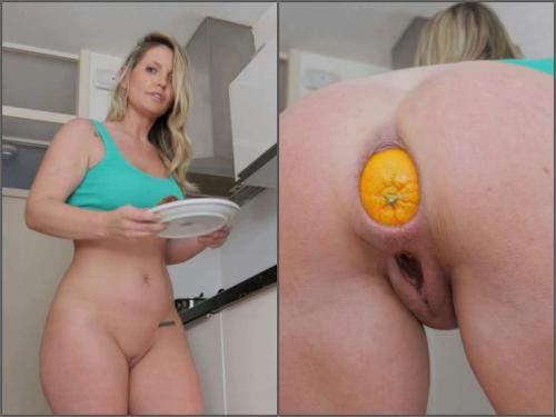 Vegetable anal – Helena Lana making breakfast with orange in her ass in the kitchen