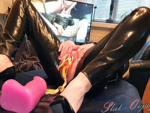 Amateur – Rubber girl slut-orgasm gets many marmalade snakes in her pussy