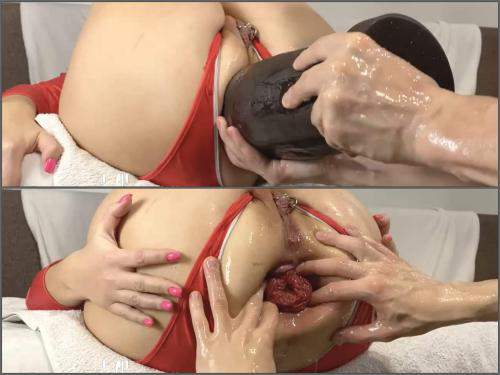 Anal – Amateur piercing labia booty wife gets giant dildo and double fisted anal