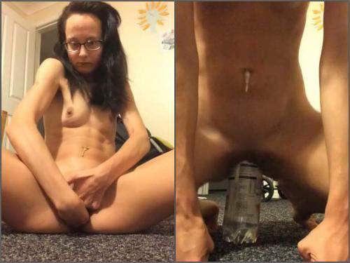 Double penetration – Skinny brunette gaping pussy loose during fisting and bottle riding