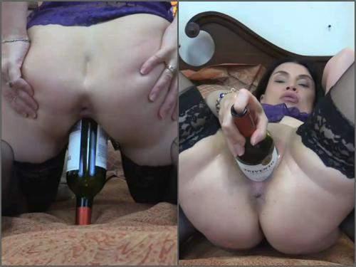 Closeup – Fatty MILF Hottabbycat wine bottle penetration in big pussy