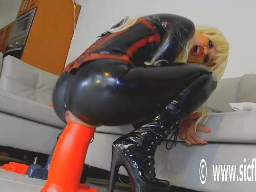 Rubber Fetish – Dirty rubber queen monster red dildo deep in stretched cunt