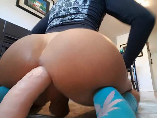 Close up – Big ass shemale Bubblebuttbum insertion dildo fully in asshole