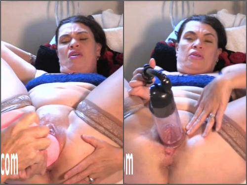 Huge dildo – Fatty MILF Hottabbycat gets dildo pemnetration and self pussypump