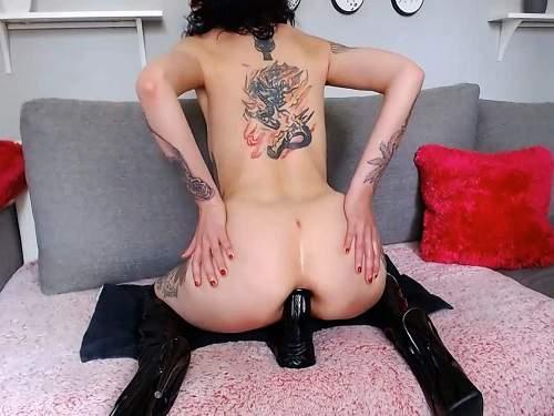 Brunette – Goth tattooed girl Slut_lucy penetration big black dildo anal only