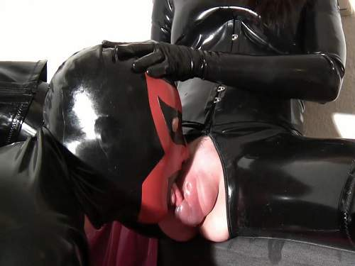 Female domination – Latex slave licking huge pussypump
