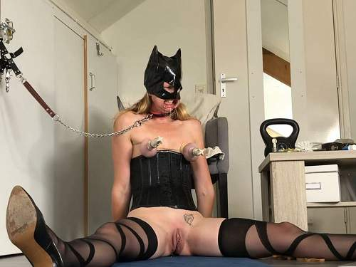 Close up – Rubber catgirl Spiel_Maschinerie rough nipples and clit pump